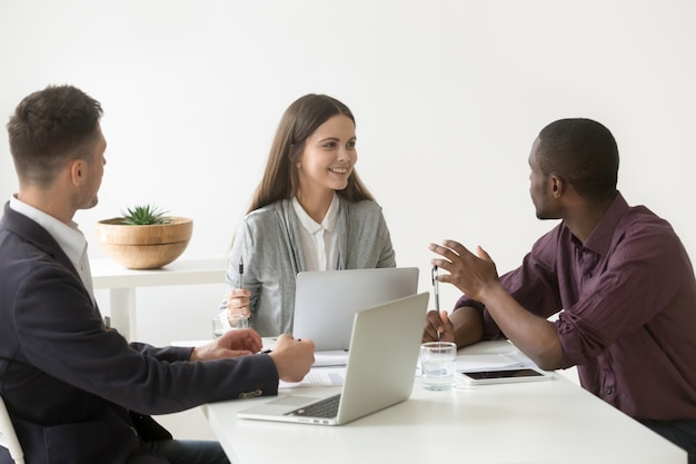 Équipe commerciale multiraciale millénaire créative ayant des discussions lors d'une réunion de bureau Photo gratuit