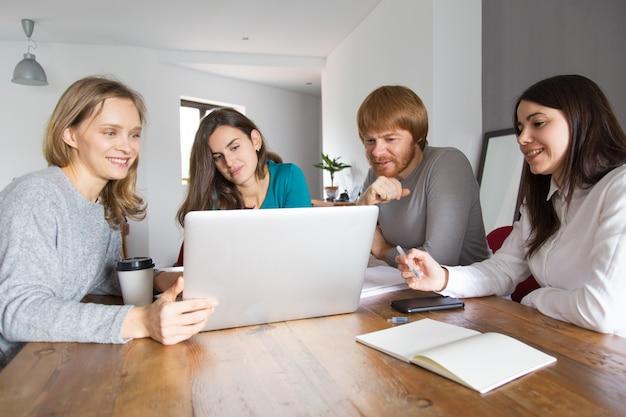 Équipe commerciale en négociation avec des partenaires Photo gratuit
