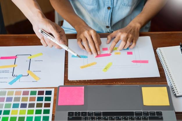 Équipe créative sélectionnant des échantillons avec ui / ux Photo Premium
