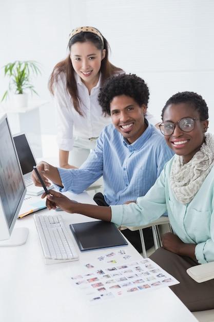 Équipe Créative Travaillant Au Comptoir Photo Premium