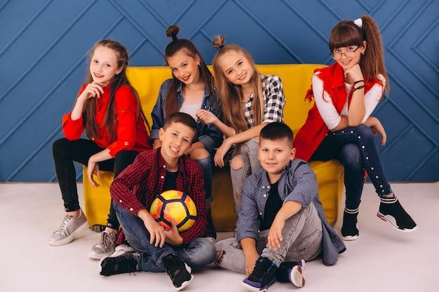 Équipe de danse en studio Photo gratuit