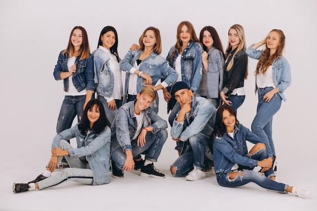 Équipe de danseurs en studio Photo gratuit
