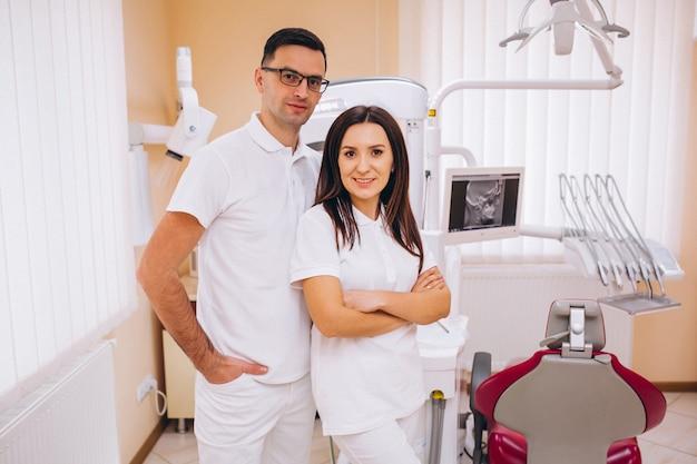 Équipe de dentisterie sur un lieu de travail Photo gratuit