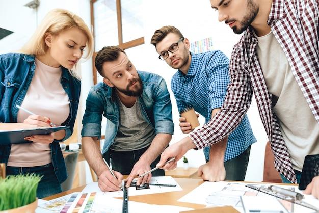 Une équipe de designers architectes s'appuie sur des plans. Photo Premium