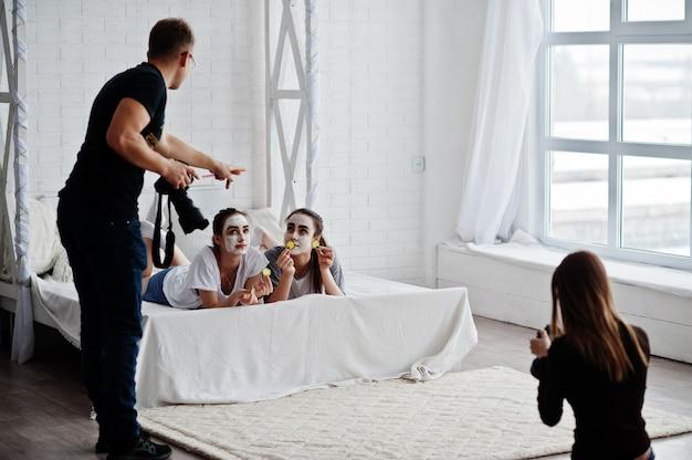 L'équipe De Deux Photographes Tourne Sur Des Jumelles De Studio Alors Qu'elles Fabriquent Leurs Propres Masques. Photographe Professionnel Au Travail. Photo Premium