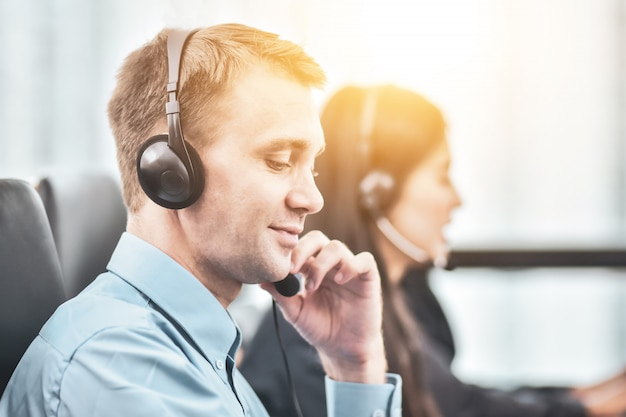 L'équipe Du Centre D'appels, Un Service Heureux, Soutient Pleinement La Coopération Photo Premium