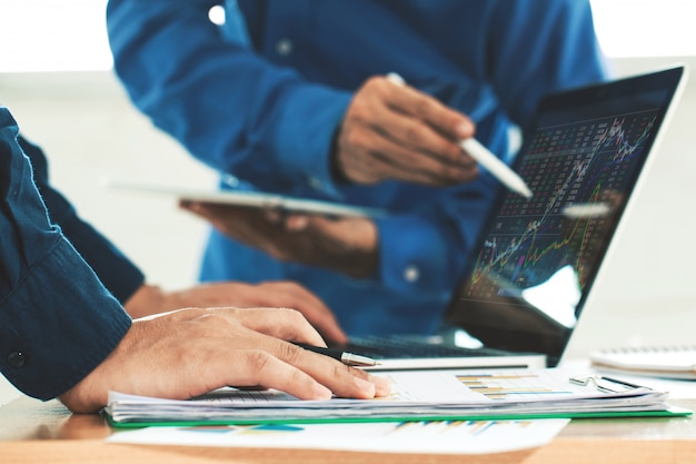 Équipe d'entreprises d'investissement entrepreneur analyse graphique boursier, concept de graphique boursier Photo Premium