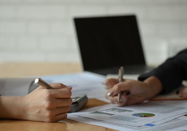 Une équipe De Femmes Comptables Analyse Les Données Pour Résumer Le Budget. Photo Premium