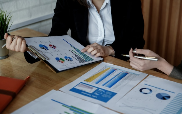 Une équipe de femmes comptables travaillent sur des documents de données au bureau. Photo Premium