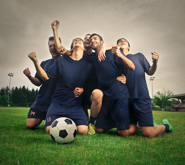 Équipe De Football Célèbre La Victoire Photo Premium