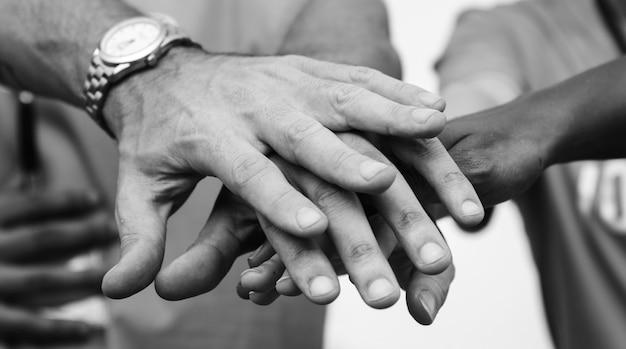 Équipe De Gens D'affaires Empilant Les Mains Photo gratuit