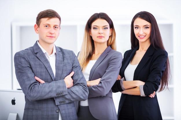 Équipe de gens d'affaires travaillant dans le bureau. Photo Premium