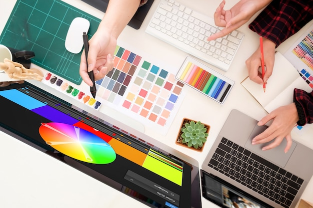 Équipe de graphistes travaillant sur un ordinateur dans le bureauideas creative occupation design studio, lieu de travail d'artiste avec vue de dessus. Photo Premium