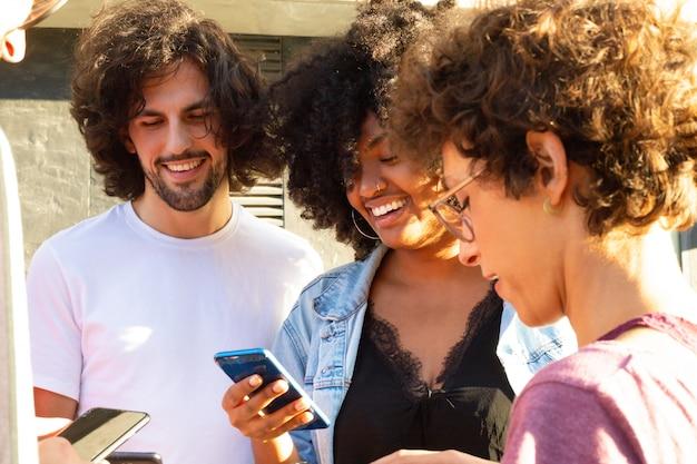 Équipe interraciale d'amis debout en cercle Photo gratuit