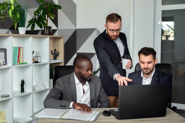 Équipe interraciale travaillant ensemble Photo gratuit