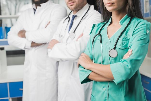 Équipe de médecins de culture à l'hôpital Photo gratuit