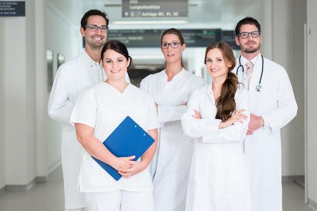 Équipe de médecins debout dans le couloir de l'hôpital Photo Premium