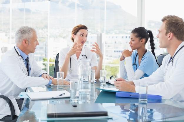 Equipe de médecins souriants en réunion Photo Premium