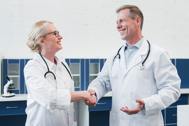 Équipe médicale dans un cabinet médical Photo gratuit