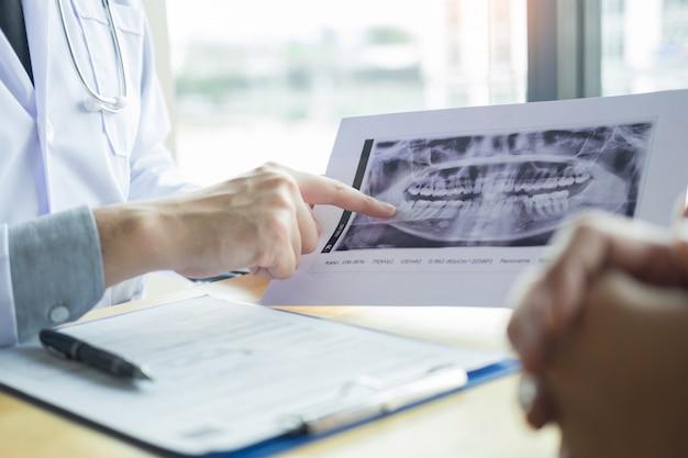 Équipe médicale discutant, soins de santé parlant à une patiente Photo Premium