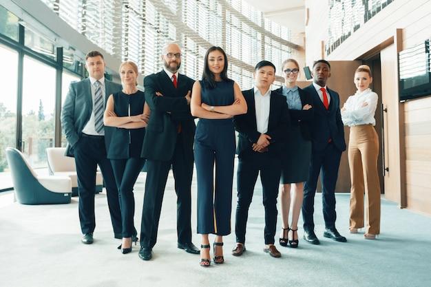 Équipe performante de jeunes hommes d'affaires en perspective au bureau Photo Premium