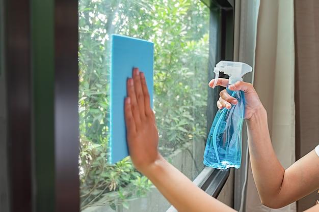 Équipe professionnelle de nettoyage travaillant avec des équipements de nettoyage dans la chambre. concept de service de nettoyage. Photo Premium