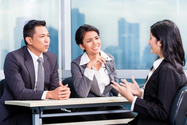 Une équipe de recrutement asiatique recrute un candidat lors d'un entretien d'embauche Photo Premium