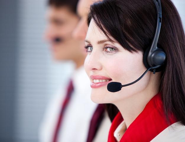 Équipe de représentants commerciaux concentrée avec un casque Photo Premium