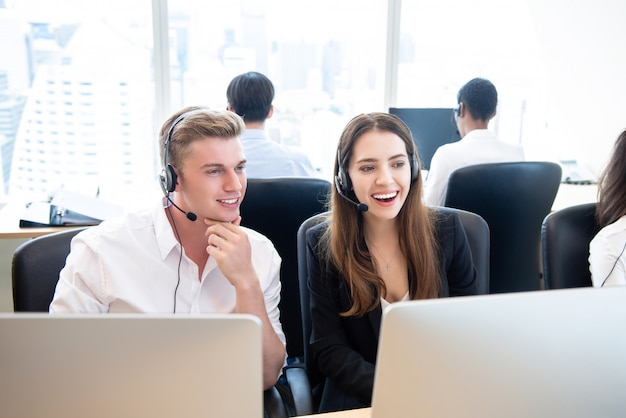Équipe de télémarketing gens d'affaires heureux au bureau du centre d'appels Photo Premium