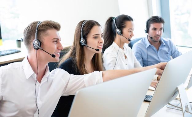 Équipe de télémarketing travaillant ensemble au bureau du centre d'appels Photo Premium