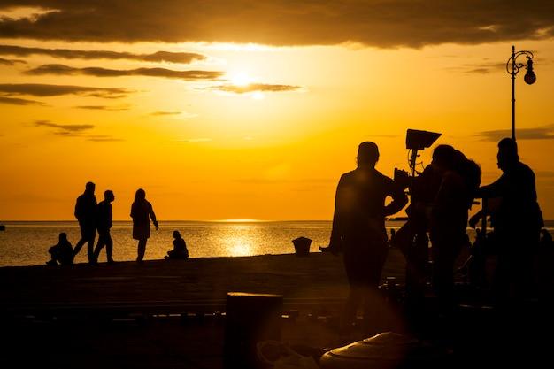 Équipe de tournage filmant une scène de film Photo Premium