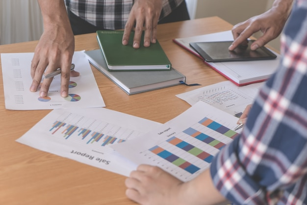 Une équipe de travail occasionnel discute du rapport financier Photo Premium