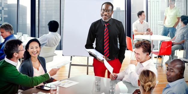 Equipe travaillant ensemble dans un bureau Photo Premium