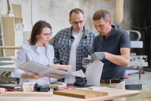 Équipe de travailleurs de l'atelier du bois discutent. Photo Premium