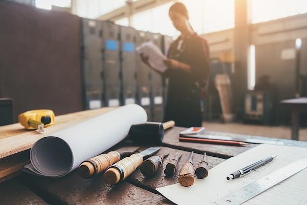 Equipement sur bois avec homme travaillant dans le fond de l'atelier. Photo Premium