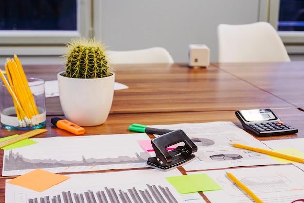 Équipement de bureau mis sur la table Photo gratuit