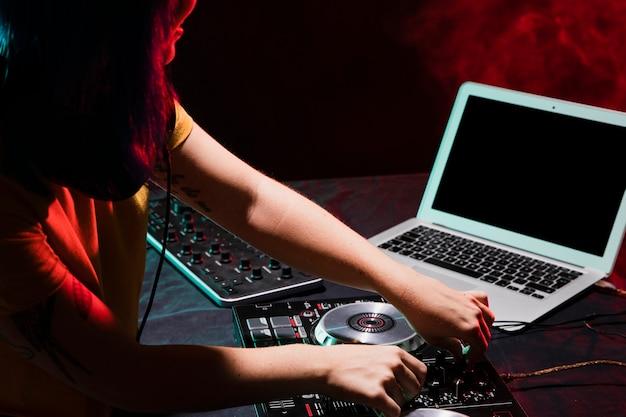 Equipement dj à grand angle pour le mixage Photo gratuit