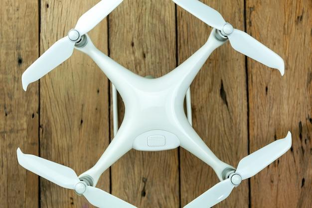 Équipement de drone sur fond en bois ancien, composition laïque plate Photo Premium