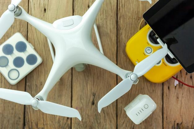 Équipement de drone avec télécommande sur fond de bois Photo Premium
