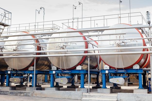 Equipement industriel technologique moderne d'une fabrique de vin. grands réservoirs de distillation de vin en acier. Photo Premium
