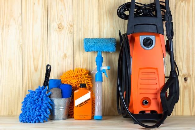 Équipement de lavage de voiture ou produit de nettoyage de voiture tel que le réservoir de microfiber et le nettoyeur haute pression Photo Premium