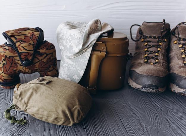 Équipement militaire sur fond de bois Photo Premium