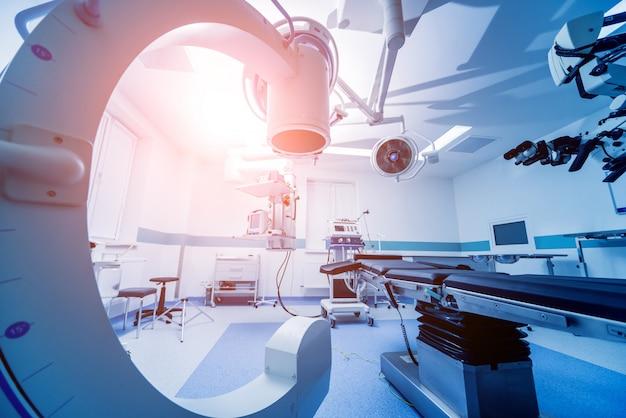 Équipement Moderne En Salle D'opération. Dispositifs Médicaux Pour La Neurochirurgie. Photo Premium