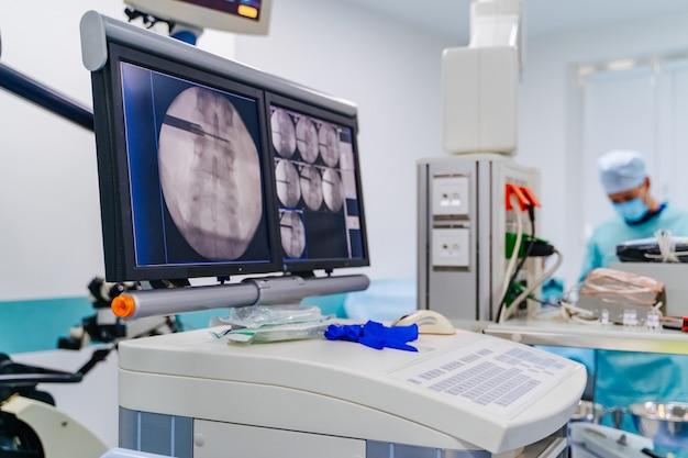 Equipement moderne en salle d'opération Photo Premium