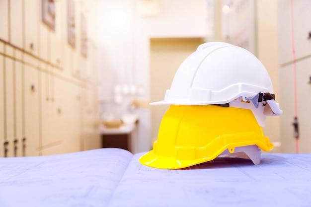 Équipement de sécurité de construction standard dans la salle de commande, concept de construction et de sécurité. Photo Premium