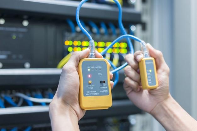 Équipement. tester le câble lan dans les mains. Photo Premium