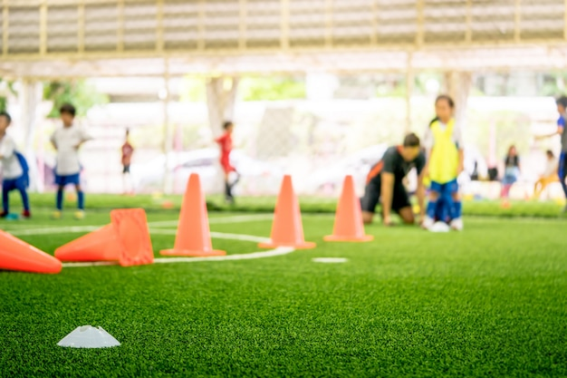 Équipements d'entraînement de football sur un terrain d'entraînement avec des enfants Photo Premium
