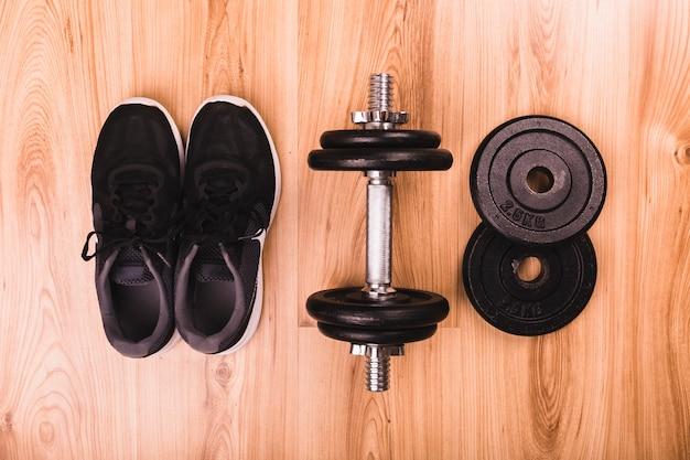 Équipements de fitness sur plancher en bois Photo gratuit