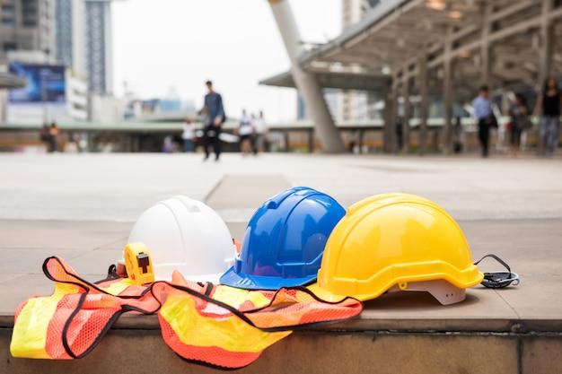 Équipements d'ingénieur sur le chantier Photo Premium