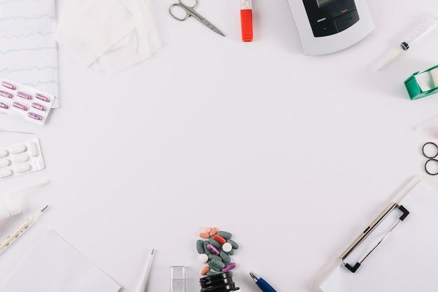 Équipements médicaux; rapport et pilules isolés sur fond blanc Photo gratuit